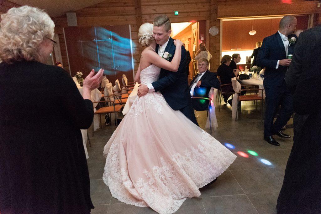 Vihkipari tanssii
