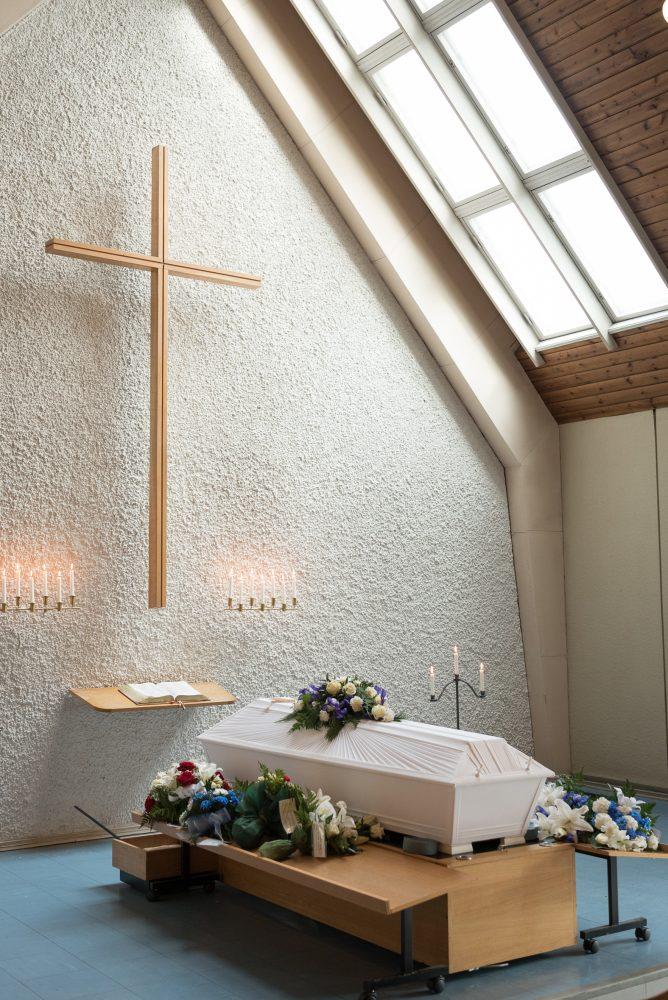 Hautajaiset, ja arkku kappelissa