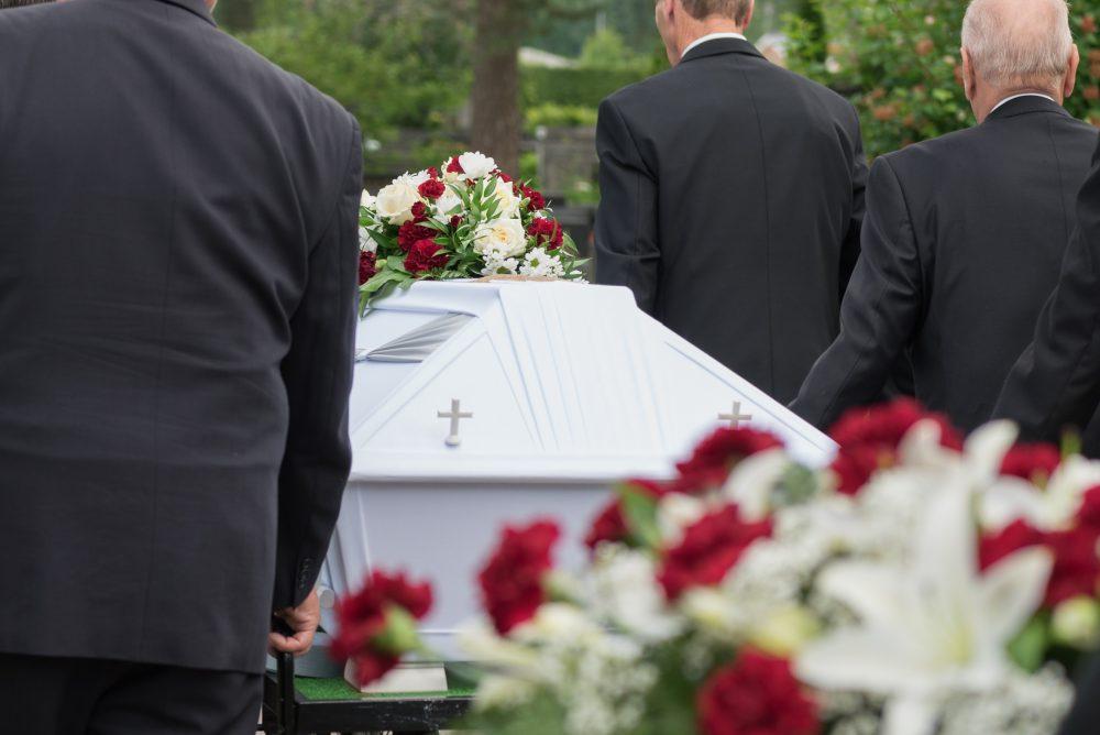 Hautajaiskuvaus, arkkua viedään haudalle