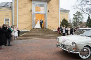 Vihkipari astuu kirkosta